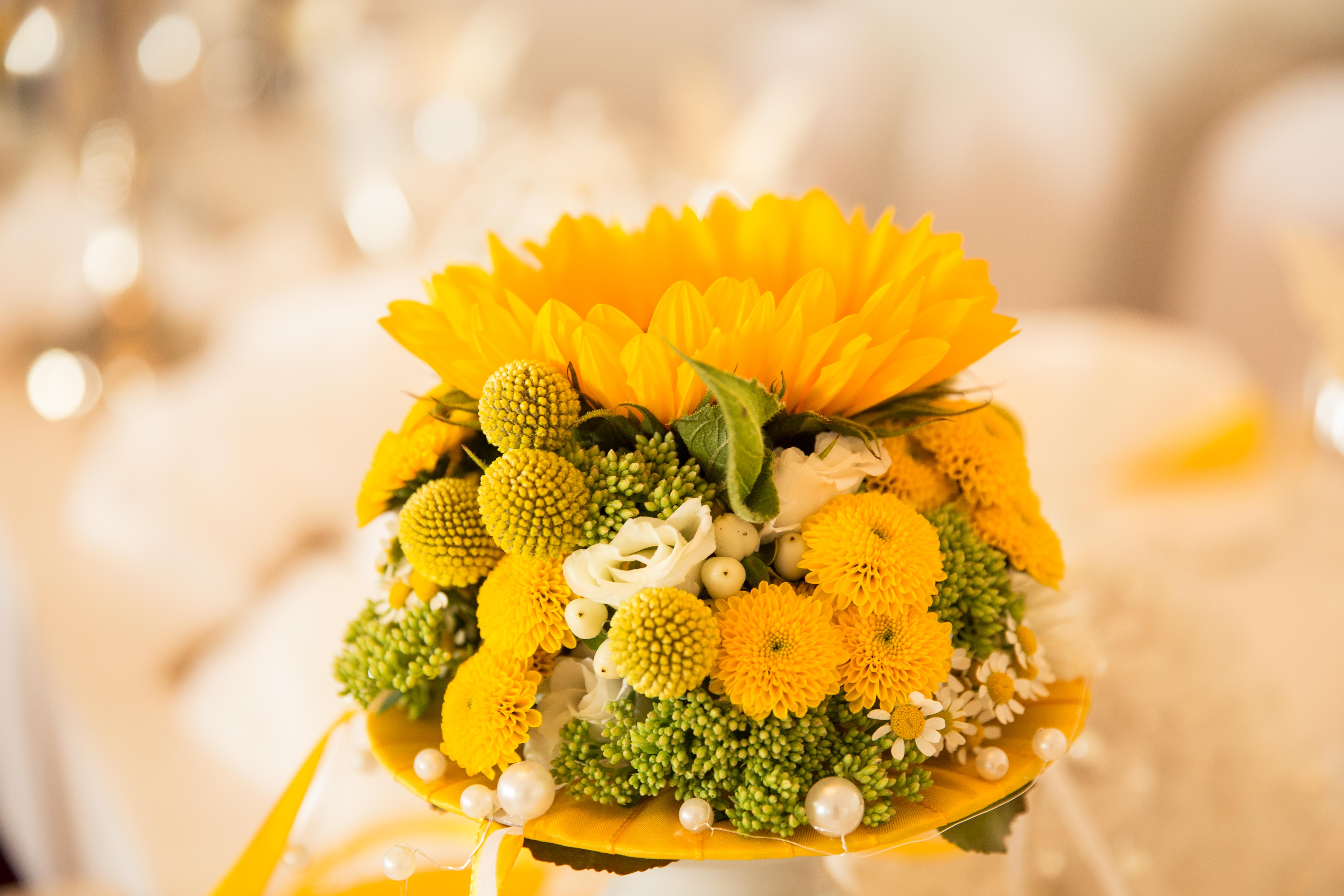 Brautstrauss In Gelb Orange Und Lachsfarben Rosen Dornen