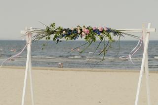 Standtrauung-traubogen-blumen-hochzeit-rosen-und-dornen-florist-usedom-hochzeitsblumen-