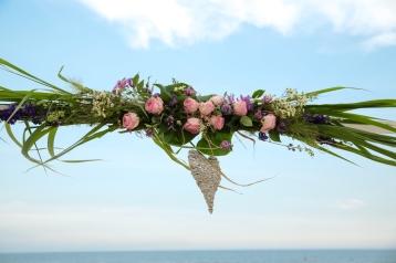 Standtrauung-traubogen-blumen-hochzeit-rosen-und-dornen-florist-usedom-hochzeitsblumen- (2 von 3)