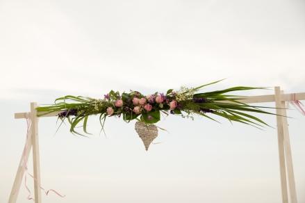 Standtrauung-traubogen-blumen-hochzeit-rosen-und-dornen-florist-usedom-hochzeitsblumen- (3 von 3)