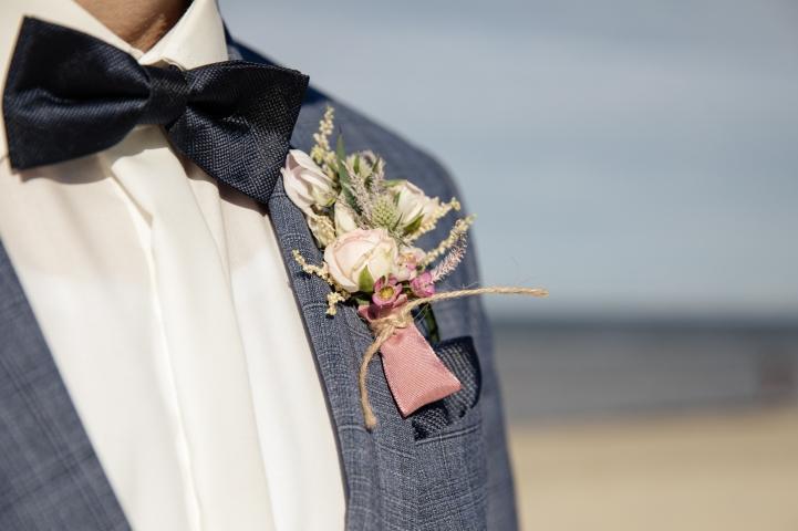 Blumen-Heiraten-auf-Usedom-brautsrauß-rosen-und-dornen-florist-zinnowitz-blumenladen- anstecker-rosa